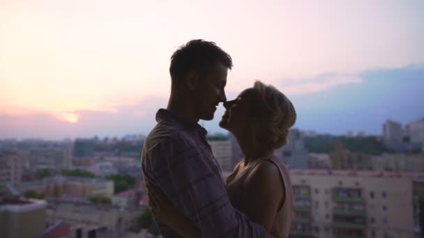 la coppia sul tetto che scotta